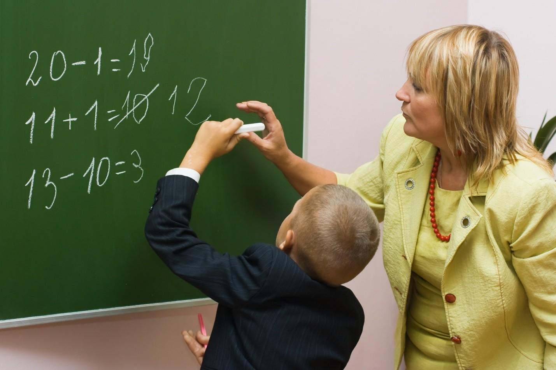 Ученица дает учителю 8 фотография